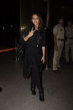 Sonakshi Sinha snapped at airport on 10th Oct 2016 (65)_57fc7f8ceec53.JPG