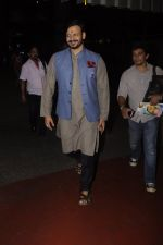 Vivek Oberoi snapped at airport on 10th Oct 2016 (25)_57fc7f29c54c5.JPG