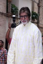 Amitabh Bachchan celebrates his birthday with media on 11th Oct 2016 (91)_57fdcf5d01434.JPG