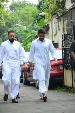 Abhishek Bachchan at Shilpa Shetty_s father_s funeral on 12th Oct 2016 (3)_57ff1ada8c472.jpg