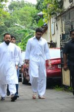 Abhishek Bachchan at Shilpa Shetty_s father_s funeral on 12th Oct 2016 (4)_57ff1ae82057d.jpg