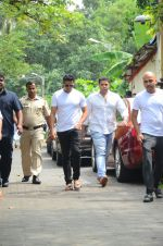 Akshay Kumar at Shilpa Shetty_s father_s funeral on 12th Oct 2016 (7)_57ff1af2b0d3c.jpg