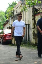 Akshay Kumar at Shilpa Shetty_s father_s funeral on 12th Oct 2016 (9)_57ff1affe730e.jpg