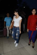 shraddha kapoor leaves for shillong on 12th Oct 2016 (5)_57ff377d7a15e.JPG
