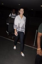 Amy Jackson snapped at airport on 13th Oct 2016 (19)_5800c52741a54.JPG