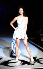 Disha Patani at Love Genration show on 12th Oct 2016 (36)_58005e1d7ec42.jpg