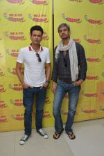 Manoj Bajpayee and Vijay Raaz at Radio Mirchi studio to promote Saat Uchakey on 13th Oct 2016 (4)_5800be6b66602.JPG
