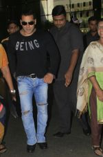 Salman Khan snapped at airport on 13th Oct 2016 (2)_5800bdc814e9e.JPG