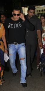 Salman Khan snapped at airport on 13th Oct 2016 (4)_5800bf4ec93f0.JPG