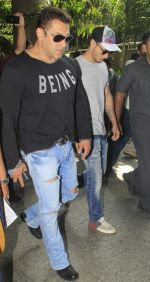 Salman Khan snapped at airport on 13th Oct 2016 (5)_5800bfc013306.JPG
