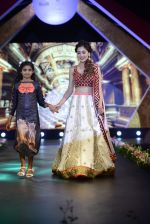 Sara Khan at Smile Foundation charity fashion show on 13th Oct 2016 (154)_5800d08aa01c2.JPG