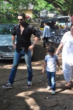 Zayed Khan on the sets of his mom_s food show on 13th Oct 2016 (11)_5800c3f5f0651.JPG