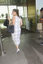 Kareena Kapoor snapped at airport on 14th Oct 2016 (33)_5802190da1719.JPG