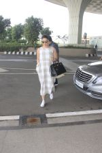 Kareena Kapoor snapped at airport on 14th Oct 2016 (35)_58021939259fa.JPG