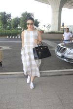 Kareena Kapoor snapped at airport on 14th Oct 2016 (36)_5802194b8bb83.JPG