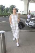 Kareena Kapoor snapped at airport on 14th Oct 2016 (38)_58021972f1185.JPG