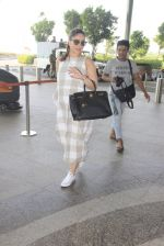 Kareena Kapoor snapped at airport on 14th Oct 2016 (43)_580219ca4b6ba.JPG