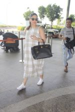 Kareena Kapoor snapped at airport on 14th Oct 2016 (44)_580219dcacec0.JPG