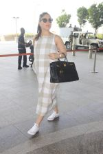 Kareena Kapoor snapped at airport on 14th Oct 2016 (45)_580219eff20ef.JPG