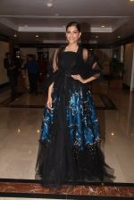 Sonam Kapoor snapped at lobby of Trident for ET Panache trend setters awards on 14th Oct 2016 (37)_5802227fa9329.JPG