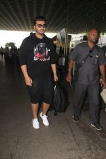 Arjun Kapoor snapped at airport on 16th Oct 2016 (12)_5804ddbf549c7.JPG