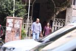 Ashutosh Gowarikar and wife Sunita snapped post lunch on 16th Oct 2016 (5)_5804c367bf2cf.JPG