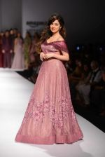 Divya Khosla Kumar walks for soltee by sulakshna monga on 16th Oct 2016 (11)_5804c0f90a61e.jpg