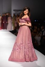 Divya Khosla Kumar walks for soltee by sulakshna monga on 16th Oct 2016 (13)_5804c0fb3e3fd.jpg