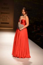 Ileana D Cruz walks for Abhishek Kankaria and shruti Tapuria at amazon day 5 on 16th Oct 2016 (23)_5804c12a9a88b.jpg