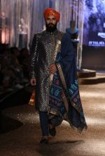 Model walk the ramp for JJ Valaya Show grand finale at amazon India Fashion Week on 16th Oct 2016 (15)_5804c625e90b4.jpg
