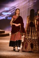 Model walk the ramp for JJ Valaya Show grand finale at amazon India Fashion Week on 16th Oct 2016 (68)_5804c6509f6f5.jpg