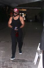Ranveer Singh snapped in his signature cap on 16th Oct 2016 (2)_5804c34cc14dc.JPG