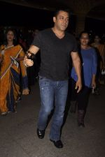 Salman Khan snapped at airport on 16th Oct 2016 (1)_5804bb063e138.JPG
