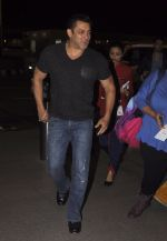 Salman Khan snapped at airport on 16th Oct 2016 (7)_5804bb06eaebd.JPG