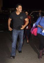 Salman Khan snapped at airport on 16th Oct 2016 (8)_5804bb07c3673.JPG