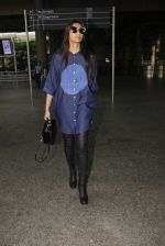 Sonam Kapoor snapped at airport on 17th Oct 2016 (40)_5804de00c7147.JPG