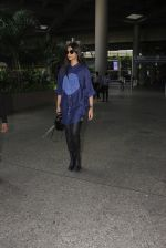 Sonam Kapoor snapped at airport on 17th Oct 2016 (41)_5804de0188c83.JPG