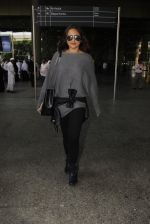 Sonakshi Sinha snapped at airport on 18th Oct 2016 (43)_58062b6d3cc34.JPG