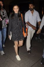 Alia Bhatt snapped at Airport on 18th Oct 2016 (16)_5807049deb07f.JPG