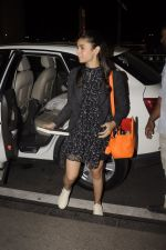 Alia Bhatt snapped at Airport on 18th Oct 2016 (22)_580704a48d8f8.JPG