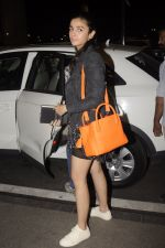 Alia Bhatt snapped at Airport on 18th Oct 2016 (23)_580704a56a71b.JPG
