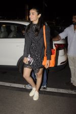 Alia Bhatt snapped at Airport on 18th Oct 2016 (25)_580704a7738e3.JPG