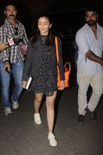 Alia Bhatt snapped at Airport on 18th Oct 2016 (30)_580704ace2f80.JPG