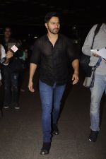 Varun Dhawan snapped at Airport on 18th Oct 2016 (27)_5807054d434ab.JPG