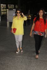 Juhi Chawla snapped at airport on 19th Oct 2016 (16)_58086f98927fc.JPG