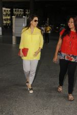 Juhi Chawla snapped at airport on 19th Oct 2016 (17)_58086f9a4eee8.JPG