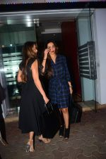 Malaika Arora Khan, Amrita Arora snapped at a family dinner on 19th Oct 2016 (30)_58087146259fe.JPG