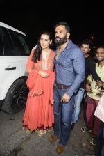 Sunil Shetty, Mana Shetty snapped at Korner House on 19th Oct 2016 (155)_5808765d686b3.JPG