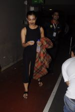 Radhika Apte snapped at airport on 20th Oct 2016 (58)_5809d97e15f3e.JPG