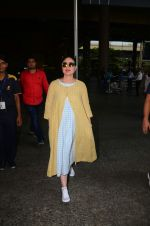 Kareena Kapoor snapped at airport on 23rd Oct 2016 (3)_580cabc8385dc.jpg